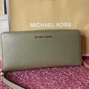 Michael Kors BRAND NEW beautiful wallet 😍